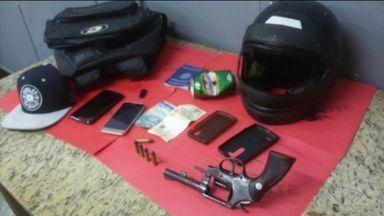 Suspeitos de assalto a clientes de bar são presos, em Cachoeiro de Itapemirim, ES - Com eles, a Guarda apreendeu revólver, munição e celulares.