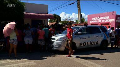 Homem é assassinato com tiro na cabeça no bairro João de Deus em Petrolina, PE - Crime aconteceu neste domingo (23). Homem estava embaixo de uma árvore e tentou correr, mas foi atingido.