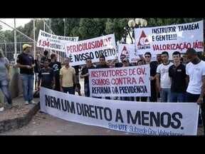 Instrutores de autoescola fazem protesto em Governador Valadares - A manifestação é para reivindicar direitos trabalhistas.