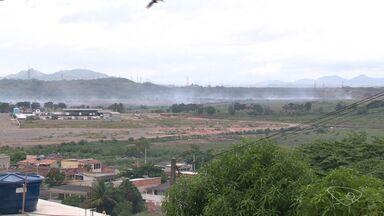 Fumaça de incêndio em turfa na Serra chega a outros municípios do ES - Incêndio incomoda moradores há alguns dias.