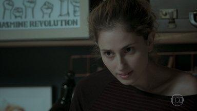 Ivana tenta explicar para Simone sua relação com Cláudio - Filha de Silvana e Eurico não consegue compreender a prima
