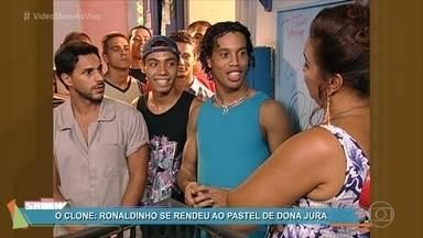 Relembre a participação de Ronaldinho Gaúcho no Bar da dona Jura - Além dos famosos pastéis, não faltavam celebridades no famoso bar da novela 'O Clone', que foi ao ar em 2001