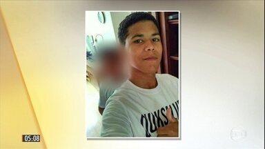 Adolescente morre após ser baleado durante tiroteio no RJ - O garoto de 13 anos foi baleado durante um confronto entre policiais e traficantes no Complexo do Alemão.