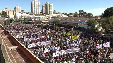 Londrina teve manifestações contra as reformas trabalhista e da Previdência nesta sexta - O transporte coletivo não funcionou durante a manhã. Algumas Unidades Básicas de Saúde tiveram o atendimento interrompido. Os manifestantes se concentraram em frente ao Terminal Central e seguiram em caminhada até o Calçadão.