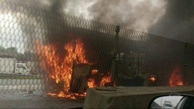 Bandidos queimam ônibus na Rodovia Washington Luís - As colunas de fumaça podem ser vistas à distância. Motoristas enfrentam congestionamento na Rodovia Washington Luiz, no sentido Juiz de Fora, e na Avenida Brasil, em direção à Baixada Fluminense.