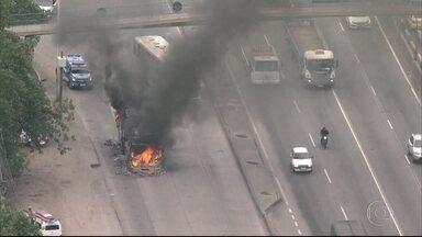 Incêndios interrompem trânsito na Washigton Luís - Sete ônibus foram incendiados na manhã desta terça-feira (2) na Rodovia Washigton Luis.