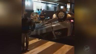 Carro capota em cruzamento no Centro de Franca, SP - Um veículo bateu no outro e atravessou o cruzamento entre as ruas Doutor Júlio Cardoso e Marechal Deodoro.