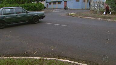 'Até Quando?' cobra sinalização em trecho da Avenida Thomaz Alberto Whatelly em Ribeirão - Motoristas reclamam do movimento nos horários de pico e pedestres enfrentam dificuldades para atravessar a via.