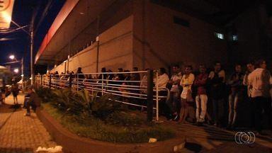 """Pacientes enfrentam fila em busca de requerimento para exames pelo SUS, em Goiás - Procura pelo """"chequinho"""" sempre aumenta no início do mês."""