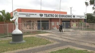Teatro de Sobradinho, o único da cidade, recebe doações e começa a sofrer reformas - Teatro de Sobradinho, o único da cidade, recebe doações e começa a sofrer reformas. A Secretaria de Educação banca boa parte da obra.