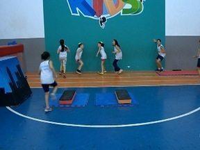 Grupo de crianças se reúne para praticar treinamento funcional - Amizade da garotada começou na escola.