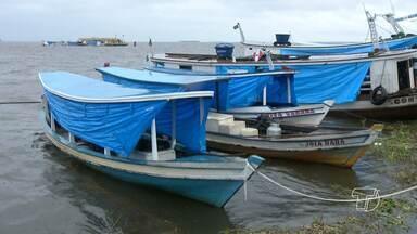 Chuva e ventos agitam rio Tapajós e ameaçam embarcações ancoradas no cais de Santarém - Donos de embarcações se arriscaram para evitar prejuízos nesta terça-feira (2).