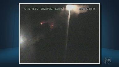 Imagens mostram acidente com carreta na Rodovia Fernão Dias - Imagens mostram acidente com carreta na Rodovia Fernão Dias