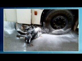 Acidente entre moto e ônibus deixa duas pessoas mortas em Entre Folhas - Vítimas eram trabalhadoras rurais e retornavam de uma lavoura, quando ocorreu o acidente.