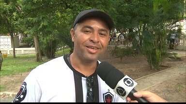 Torcida do Botafogo-PB está confiante no título e projeta nova vitória em cima do Treze - Torcedores estão empolgados com fase do time e vestem a camisa do time após a vitória no primeiro jogo da decisão do Campeonato Paraibano