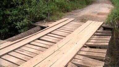 Moradores de Rio das Flores reclamam de condições precárias de ponte de madeira - Segundo quem mora no Bairro Comércio, estrutura pode desabar a qualquer momento.