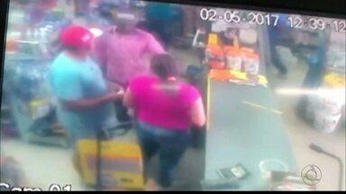 Bandidos invadem depósito de material de construção em João Pessoa - Os donos da loja e clientes foram feitos reféns.