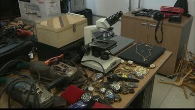 Polícia prende quadrilha acusada de roubos a casas e lojas na grande João Pessoa - Com o grupo a polícia encontrou vários objetos e dinheiro..