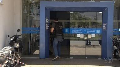 Quadrilha assalta agência bancária, em Goiânia - Segundo polícia, autores usaram cabo da arma para quebrar vidro da porta.