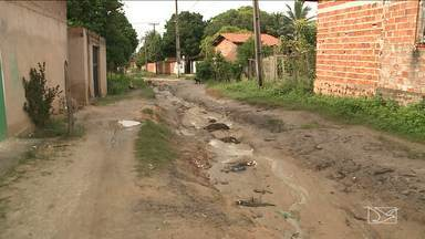 Moradores reclamam da falta de infraestrutura em bairro de Paço do Lumiar - Moradores do Residencial Nova Vida, reclamam que até o acesso de motocicleta na região é difícil por conta das ruas esburacadas.