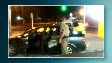 Polícia prende dois homens com 300 kg de maconha em carro - A droga estava escondida no porta malas e também nos bancos traseiros do carro.