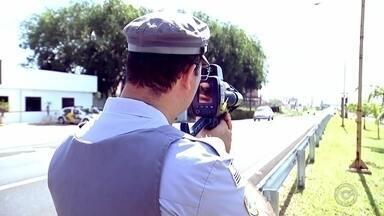 Excesso de velocidade é a principal causa de acidentes na região do Centro-Oeste Paulista - O excesso de velocidade é a principal causa de acidentes, segundo a Polícia Rodoviária. O TEM Notícias resolveu acompanhar uma fiscalização e o resultado é o preocupante.