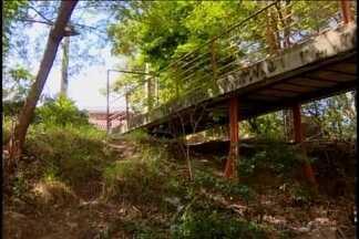 Adolescente é estuprada embaixo de ponte em Divinópolis - Criminoso fez abordagem dizendo que era um assalto. Vítima foi levada para um matagal às margens do Rio Itapecerica.