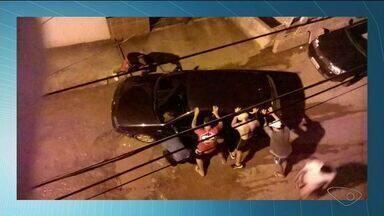 Carro cai em buraco em bairro de Cachoeiro, no Sul do ES - Situação aconteceu no bairro Baiminas.