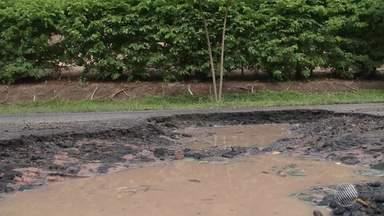 Chuva causa buracos em rodovias no interior do estado - Veja como fica o tempo no estado.