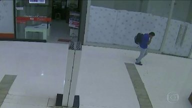 Homem é preso em flagrante depois de assaltar uma casa de câmbio dentro de um shopping - Ele estava fugindo com a mochila cheia de dinheiro.