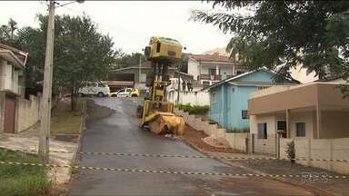 Caminhão fica empinado em rua de Ponta Grossa - O caminhão tombou com o peso da carga.