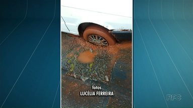 Moradora entala roda do carro em buraco da rede de esgoto - Sanepar pede para moradores comunicarem a empresa quando isso acontecer