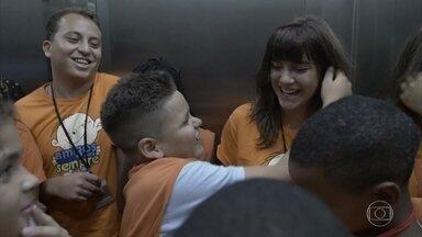 Alice Wegmann leva crianças do Sonhar Acordado para um passeio no Rio de Janeiro - A atriz e as crianças vão ao AquaRio