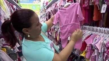 Loja aceita roupas seminovas de bebê como parte do pagamento - Empresários vendem roupas novas e seminovas e aceitam trocas de peças na loja em Santo André, na Grande SP.