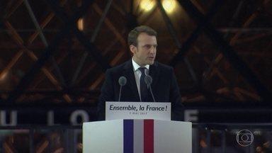 Emmanuel Macron vence eleição na França - Candidato de centro, Emmanuel Macron, venceu o segundo turno com 65% dos votos válidos. Foi uma campanha que dividiu os franceses, e o próprio Macron reconheceu isso no discurso da vitória.