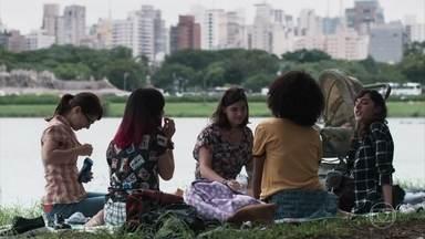 As amigas conversam sobre seus problemas - Tina reclama da pressão familiar para reatar o namoro com o ex. Benê revela que as meninas são suas primeiras amigas de verdade