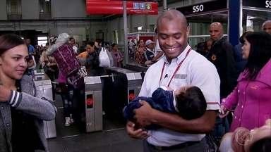 Funcionário de estação de trem de São Paulo salva bebê que sufocava - A criança engasgou enquanto mamava e chegou a ficar desacordada quando a mãe correu para buscar ajuda. Câmeras de segurança flagraram a cena.