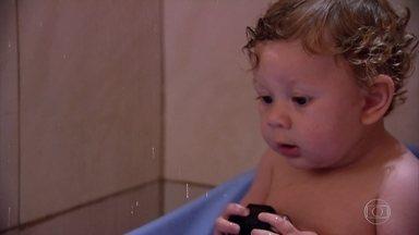 Conheça bebê que bate palmas após batizado e que faz sucesso na internet - Gustavo tem 10 meses, mas seu vídeo já foi visto mais de 5 milhões de vezes.