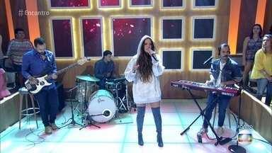 Tiê abre o 'Encontro' com música - Cantora anima a platéia do programa