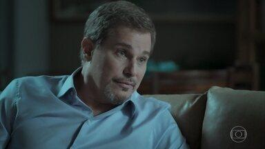 Dantas tenta convencer Cibele a desistir de vingança - A jovem fala com um amigo e decide sair de casa novamente, deixando o pai preocupado