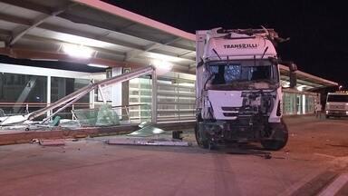 Caminhão invade estação de BRT na Epia Sul - A estação foi fechada e está sem prazo para ser reaberta. Não há risco de desabamento.