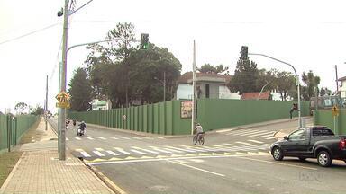 Depois de reclamação de moradores travessia elevada é construída em Ponta Grossa - Excesso de velocidade de carros e motos na Avenida General José Calazans preocupava os moradores de Uvaranas