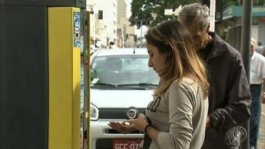 Motoristas reclamam do preço da Zona Azul em Jundiaí - Jundiaí tem a Zona Azul mais cara da região. O reajuste da tarifa do estacionamento rotativo está deixando muitos motoristas inconformados. Parar por uma hora em uma vaga custa R$ 2,80.