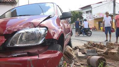 Carro bate em muro e invade casa na Zona Sul de Campina Grande - O acidente por pouco não acabou em tragédia no bairro Três Irmãs, em Campina Grande.