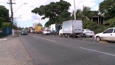 Avenida Menino Marcelo registra trânsito caótico todos os dias - Número de carros aumentou na região e avenida não comporta tráfego.
