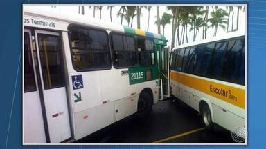 Acidente entre ônibus e microônibus escolar deixa três feridos no bairro da Barra - Veja mais informações no Giro de Notícias.