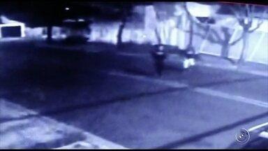 Assaltos em pontos de ônibus no bairro Wanel Ville preocupam moradores em Sorocaba - Uma onda de assaltos a pessoas nos pontos de ônibus em Sorocaba (SP) tem preocupado os moradores, no bairro Wanel Ville. Três pessoas dizem que a ação dos bandidos tem sido comum.