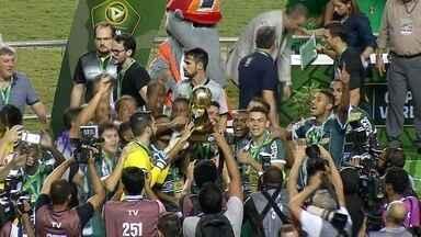 Luverdense desembarca em Mato Grosso com taça da Copa Verde em mãos - Luverdense desembarca em Mato Grosso com taça da Copa Verde em mãos
