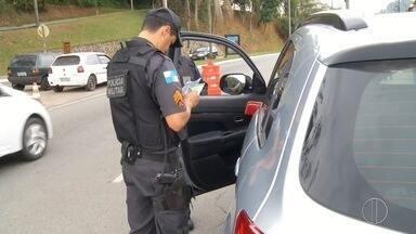 Motoristas não alteram placa de veículos para municípios onde moram - Assista a seguir.