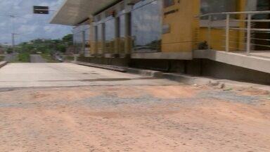 Buracos atrapalham circulação de BRTs em Olinda e prejudicam passageiros - Grande Recife Consório disse que empresa fará reparos depois do período de chuva